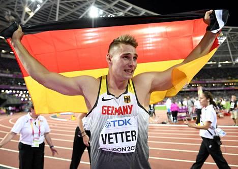Johannes Vetter juhli tunteella maailmanmestaruuttaan. Se oli saksalaisen uran ensimmäinen MM-kulta ja ylipäänsä arvokisamitali.