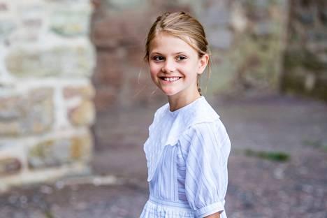 Pieni prinsessa Estelle oli iloisen näköinen ennen konserttia.