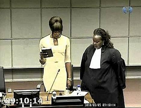 Naomi Campbell todisti käsi Raamatulla Haagin sotarikostuomioistuimessa torstaina.