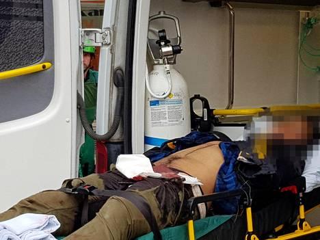 Tässä on Turun puukotuksesta epäilty mies ambulanssin kyydissä hetki hyökkäyksen jälkeen.