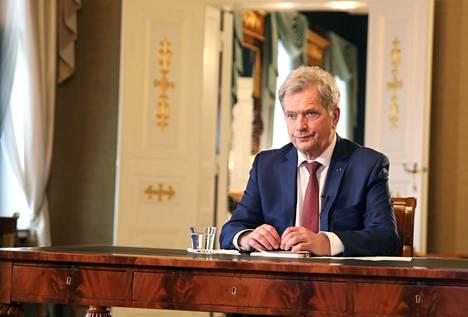 """Politiikan toimittajia etäyhteydellä tavannut presidentti Sauli Niinistö arvioi äskettäin blogissaan, että """"lyhyt itsekurin kuuri on parempi kuin jättää taudille mahdollisuutta tulla tänne lisää kurittamaan taloutta tai terveyttä""""."""