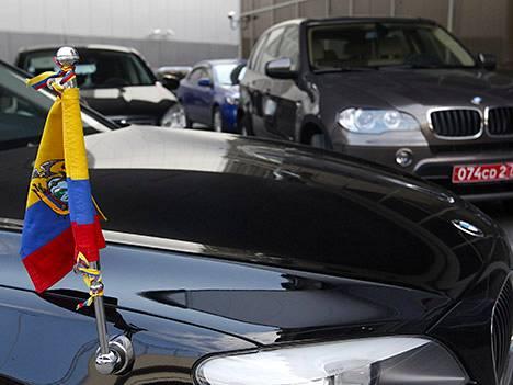 Ecuadorin lähetystön autoja Moskovan lentokentällä kesäkuussa.