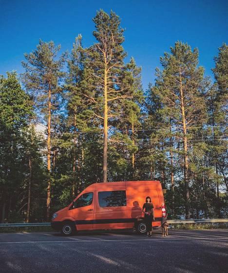 Oranssi Mercedes-Benz Sprinter on kolmikon uusi koti.
