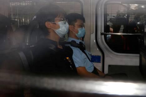 Tony Chung poliisiautossa matkalla oikeuteen.