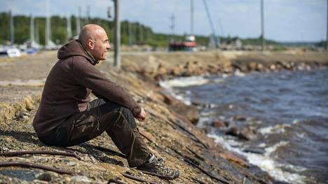 Elokuvatuottaja Ilkka Matila lapsuutensa maisemissa Kellon venesatamassa.