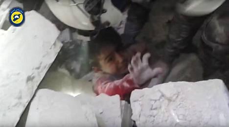 Valkoiset kypärät -järjestön torstaina 17. marraskuuta julkaisemalla videolla näytettiin, kuinka pelastajat vetivät ilmaiskussa romahtaneen rakennuksen hautaamaksi jääneen pikkutytön pois raunioista.
