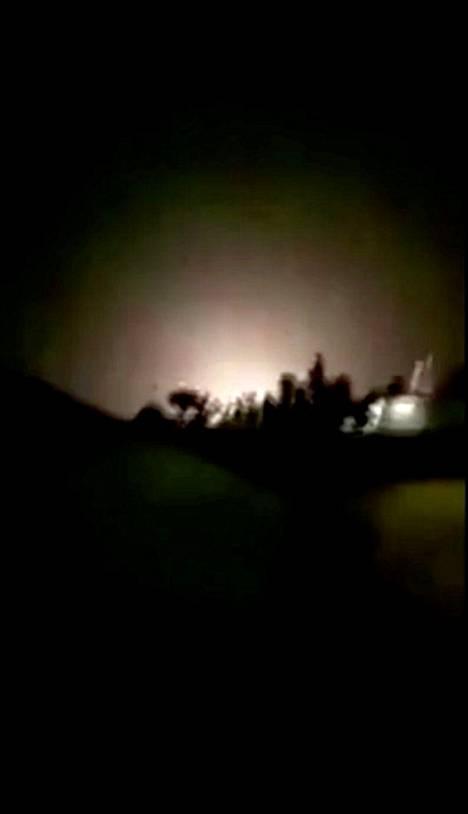 Kuvassa näkyvän räjähdyksen uskotaan tapahtuneen Ain al-Asadin tukikohdassa Iranin ohjushyökkäyksen aikaan.