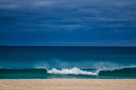 Toinen kausi sijoittuu Australiaan. Sydneyn Bondi Beach -rannalta löytyy ruumis.