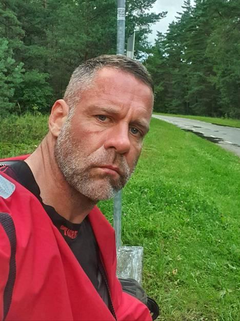 Totinen soutaja kuivalla maalla. Selfie tienposkesta jossain Viron länsirannikolla.