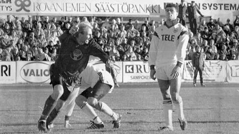 Steven Polack seuraa vierestä, kun Heiko Laessig juhlii historiallista maaliaan.