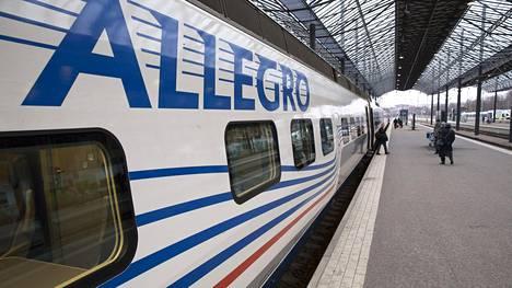 Allegro tuo matkailijoita Pietarista Suomeen.