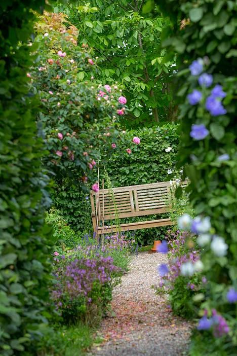 Yhtä tärkeää kuin puutarhan hoito on sen ihastelu. Suunnittele istahduspaikka pihan kauneimpaan kohtaan.