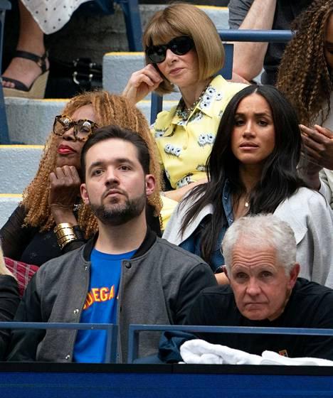 Herttuattaren takan istui Voguen päätoimittaja Anna Wintour, joka seuraa tennistä ahkerasti.