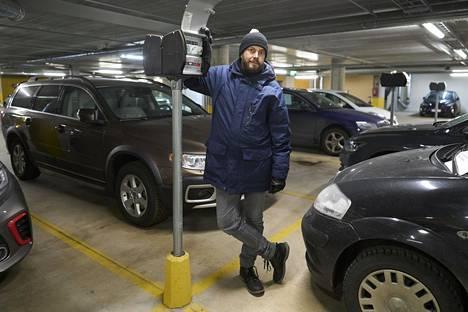 Helsingin Kalasatamassa asuva Mika Nikkola on ollut mukana taloyhtiönsä latauspaikkahankkeessa. Alkuperäiset lämmitystolpat muutetaan lataukseen sopiviksi.