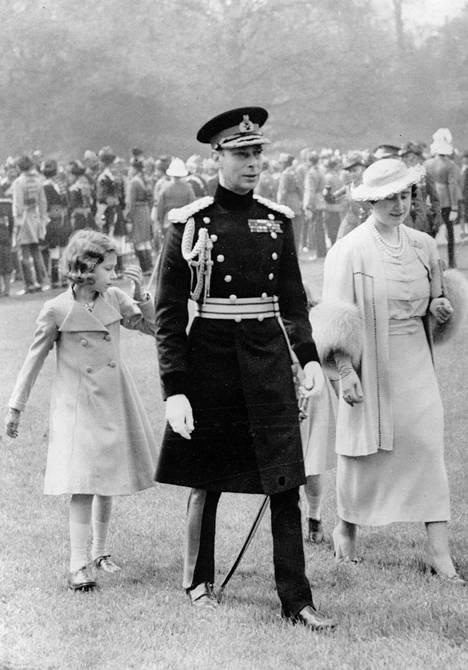 Kuningas Yrjö VI valtiovierailulla Ranskassa vuonna 1938, vierellään kuningataräiti Elisabet ja prinsessa Elizabeth.