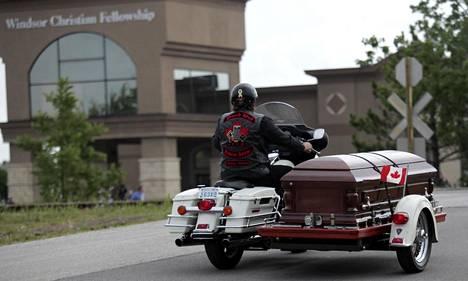 Probert oli myös innokas moottoripyöräilijä. Hänen arkkunsa kuljetettiinkin sivuvaunussa.