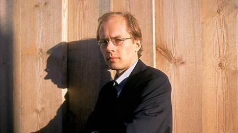 Suosittu kirjailija Ilkka Remes kirjoittaa kirjan vuodessa. Häntä ei juuri enää kuvissa nähdä. Tämä kuva on vuodelta 2006.