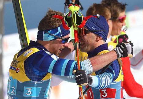 Mäki ja Hakola (oik.) juhlivat maalissa MM-hopeaa.