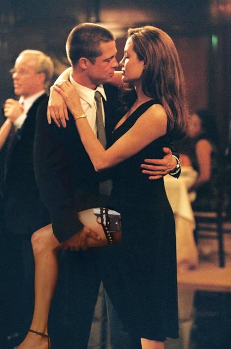 Brad Pitt ja Angelina Jolie Mr. & Mrs. Smith -elokuvan kuvauksissa.