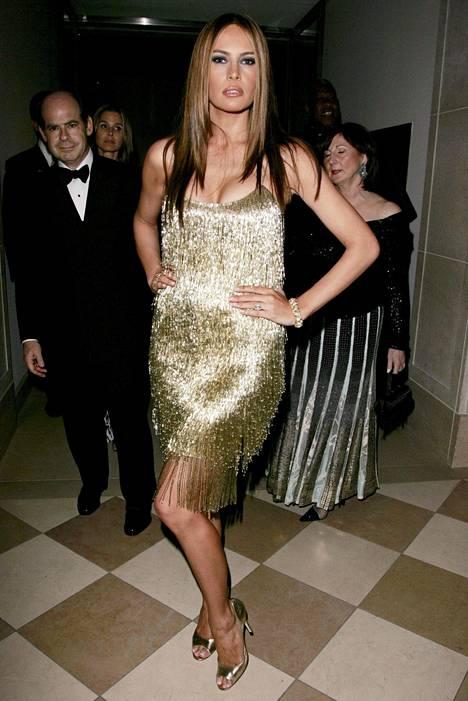 Vuoden 2007 Costume Institute -gaalaan Melania valitsi näyttävän, kultaisena hohtavan hapsumekon.
