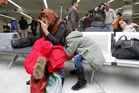 Jotkut puhkesivat kyyneliin lentokentällä Bagdadissa. Irakissa nähtiin myös Suomesta tuttuja muovipusseja.