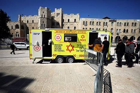 Ihmiset jonottivat rokotusvaunuun Jerusalemissa.