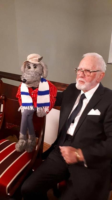 Pertti Nättilä ja Ransu nauttivat Linnan juhlista. Ransu harmitteli ainoastaan sitä, ettei presidenttiparin koiraa Lennua näkynyt Linnassa temmeltämässä.