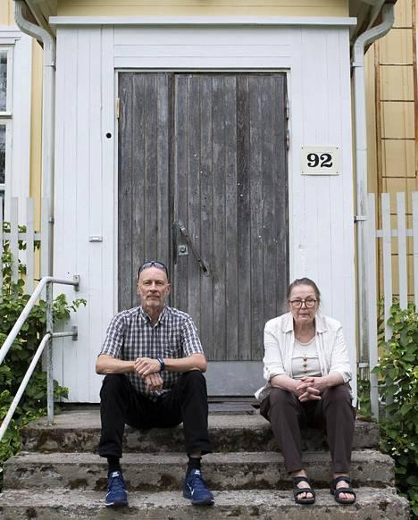Pekka Lylykorpi ja Leena Larva Larvan vanhalla kansakoululla, joka sijaitsi lähellä Larvan isovanhempien kotitilaa. – Isovanhempieni kotitalo poltettiin muutama päivä Kustaa Laineen kuoleman jälkeen, Leena Larva kertoo.