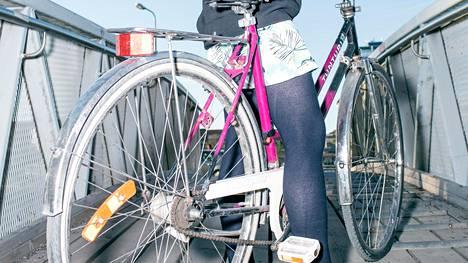 Huomionarvoista tuloksissa oli sekin, että 50-64-vuotiaat pyöräilijät mainitsivat keskimääräistä useammin sähköavusteisen polkupyörän pyöräilyä lisäävän vaikutuksen. Kuvassa päinvastainen tapaus eli sähkötön pyörä ja hieman nuorempi polkija.