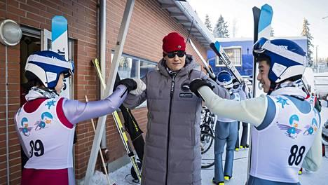Mika Kojonkoski kuvattuna kiinalaismäkihyppääjien Zhao Chuanin (vas.) ja Zhou Xiaoyangin kanssa Puijolla tammikuussa 2019.