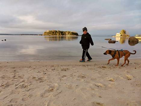 Poika ja koira rannalla Kotkassa.