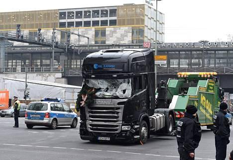 Poliisi tutki terrori-iskussa käytettyä rekkaa Berliinissä 20.12.2016.