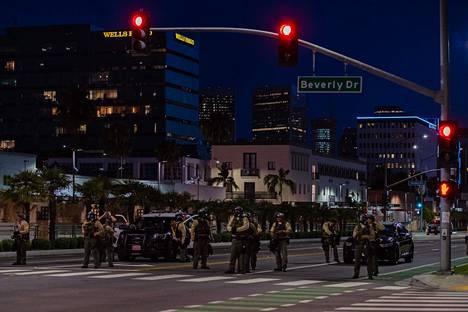 Los Angeleissa poliisi partioi kaduilla yömyöhään lauantaina.