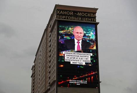 Vladimir Putinin linjapuhe näytettiin Venäjällä television lisäksi myös esimerkiksi suurilla mainostauluilla, jonne nostettiin keskeisiä sitaatteja hänen puheestaan.