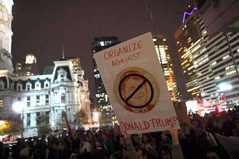 Mielenosoittajia Philadelphiassa.