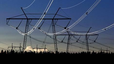 Sähkölinjoja pakkasessa auringon kiiltäessä sähköjohdoissa Keminmaalla.