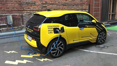 BMW i3 tankkaa sähkövirtaa.