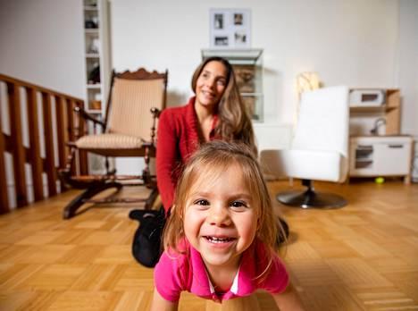 """Luisa kuvailee Isla-tytärtään """"temperamettiseksi pikku hassuttelijaksi""""."""