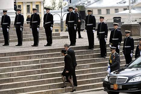 Tasavallan presidentti Sauli Niinistö ja puoliso Jenni Haukio saapuvat siunaustilaisuuteen Tuomiokirkkoon presidentti Mauno Koiviston valtiollisissa hautajaisissa Helsingissä 25. toukokuuta 2017.