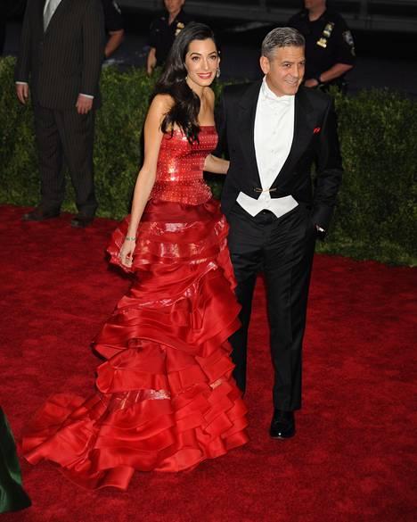 Amal Clooney hurmasi kaikki tämän vuoden Met-gaalassa, jossa pukeutumisteemana oli Kiina.