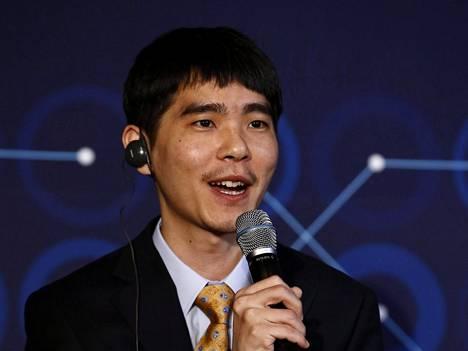 Go-mestari Lee Sedol puhuu lehdistölle tiedotustilaisuudessa, joka järjestettiin historiallisen pelisarjan päätteeksi. Lee Sedol hävisi AlphaGo-tekoälylle viiden ottelun sarjan 4-1.