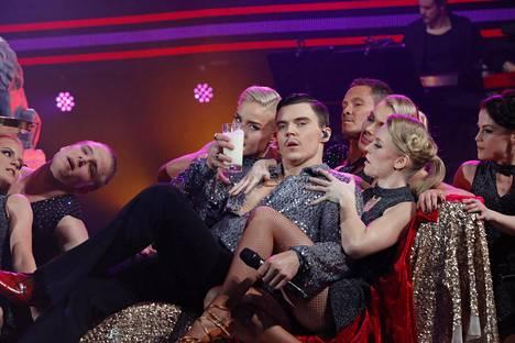 Tähdet, tähdet -kisan musikaalijaksossa Elias Kaskinen esitti Stayin' Alive -kappaleen musikaalista Saturday Night Fever.