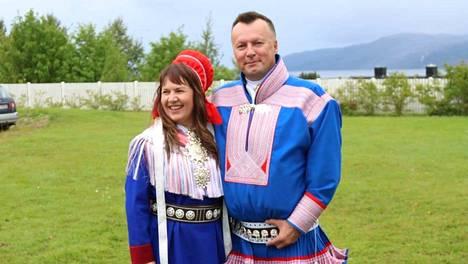 Elle Aikio itse ompelemassaan Utsjoen puvussa miesystävänsä Johan Mikkel Logjen kanssa. Johanin Kautokeinon puvun on ommellut hänen äitinsä. Molemmat puvut ovat juhlamallia.
