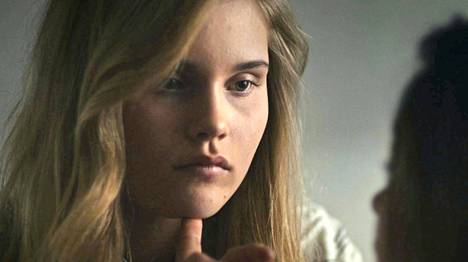 Nelly Hirst-Gee on yksi elokuvan neljästä telttailevasta nuoresta.