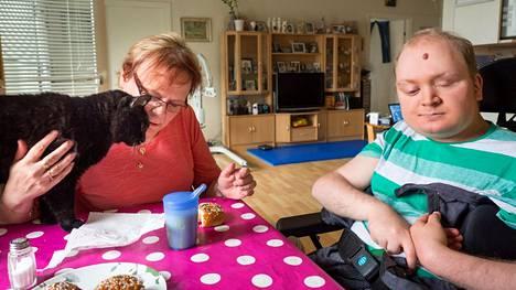 Anne Jokiniemi on poikansa omaishoitaja. Huolta täytyy pitää myös Parkinsonin tautia sairastavasta äidistä. Perheeseen kuuluu myös Pekka-kissa.