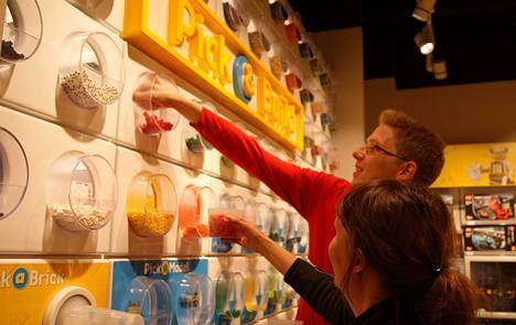 Lego-kaupassa myydään palikoita irtomyyntinä. Suomalainen Essi ei ihan yllä tuliaispalikoihin, Anders Dahlin auttaa.