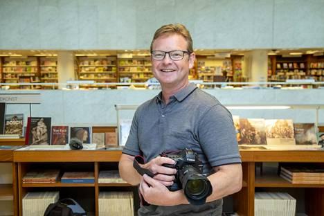 Jääkiekkokuvaajana tunnettu Jukka Rautio julkaisi kesäkuussa Näsijärven vuosi -valokuvateoksen. Kuvia on esillä Helsingin keskustan Akateemisen kirjakaupan galleriatilassa.