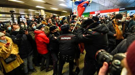 POliisit pidättivät Aleksei Navalnyin kannattajan.