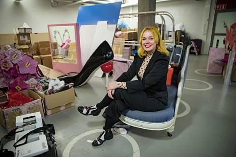 Kenkäsuunnittelija Minna Parikka aikoo suunnata kesälomamatkalle.