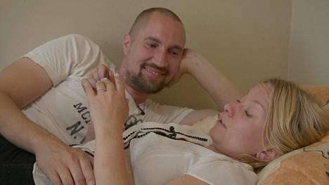 Pariskunta loikoilee vuoteella ja juttelee siitä, mitä mieltä Miina on miehensä asunnosta.